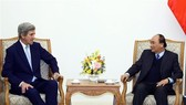 Prime Minister Nguyen Xuan Phuc (R) and former US Secretary of State John Kerry (Source: VNA)