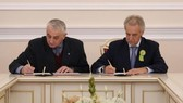 Evgeny Grigoriev (R), Chairman of the Committee for External Relations of St. Petersburg, and Anatoly Budko, director of the Russian Museum of Military Medicine, sign a decision to hold the exhibition next April (Photo: nhandan.com.vn)