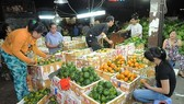 Domestically-grown fruits are sold at a market. (Photo: SGGP)