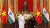 Vice President Dang Thi Ngoc Thinh (R) shakes hands with Vice President of India Venkaiah Naidu (Photo: VNA)