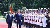 Prime Minister Nguyen Xuan Phuc (L) and Italian PM Giuseppe Conte review the guards of honour (Photo: VNA)