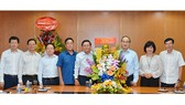 HCMC Party Chief Nguyen Thien Nhan gives flowers to congratulate SGGP on the Vietnam Revolutionary Day, June 21 (Photo: SGGP)