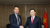 Deputy Prime Minister Vuong Dinh Hue (R) and  Director of the RoK's Alliex Technology Company Park Byounggun (Photo: VNA)