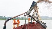 Bắt một sà lan khai thác cát trái phép trên sông Ngàn Sâu