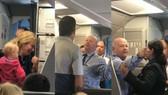 Cảnh tranh cãi giữa hành khách và tiếp viên trên chuyến bay của American Airlines ngày 21-4. Ảnh cắt từ video clip trên Facebook của Surain Adyanthaya