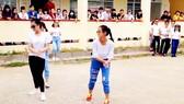 Nhóm học sinh lớp 12 một trường THPT ở Cà Mau biểu diễn nhảy dân vũ  trên nền nhạc của một ca khúc nhảm nhí