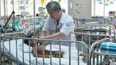 Bác sĩ Đặng Thanh Tuấn đang khám cho bệnh nhi Sok Ly Hua