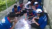 Các bạn tình nguyện viên cùng nhau làm những vật dụng thủ công để bán gây quỹ ủng hộ chương trình