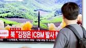 Người dân Hàn Quốc theo dõi thông tin về vụ phóng tên lửa ICBM của Triều Tiên