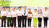 Thủ tướng Nguyễn Xuân Phúc trao sổ tiết kiệm cho thân nhân 10 nữ liệt sĩ Thanh niên xung phong Ngã ba Đồng Lộc
