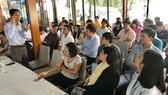 Ông Chu Bá Long (đứng) trao đổi, cung cấp thông tin với các doanh nghiệp khoa học công nghệ,  đổi mới sáng tạo và các dự án startup