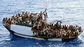 Tàu quân sự va chạm thuyền chở người di cư, hàng chục người chết