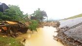 Vùng nước xoáy gây xói lở nhiều công trình, nhà dân tại thôn Kỳ Lam  (xã Điện Quang, huyện Điện Bàn, tỉnh Quảng Nam)