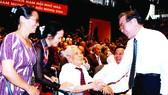 Nguyên Thủ tướng Phan Văn Khải thăm hỏi ông Dương Văn Diêu, nguyên Hiệu trưởng Trường học sinh miền Nam Đông Triều trong buổi họp mặt kỷ niệm 50 năm học sinh miền Nam trên đất Bắc. Ảnh: THÁI BẰNG