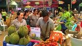 Khách tham quan chọn mua hàng tại hội chợ tối 3-4