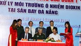 Thượng tướng Nguyễn Chí Vịnh - Thứ trưởng và Đại sứ Hoa Kỳ tại Việt Nam Ted Osius ký kết công bố xử lý thành công dioxin giai đoạn 1 tại sân bay Đà Nẵng. Ảnh tư liệu