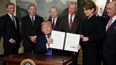 Tổng thống Mỹ ký quyết định áp gói thuế quan trị giá 60 tỷ USD đối với hàng hóa của Trung Quốc ngày 22-3. Ảnh: AFP