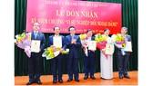 """Các đồng chí lãnh đạo, nguyên lãnh đạo TPHCM  nhận Kỷ niệm chương """"Vì sự nghiệp đối ngoại Đảng"""".  Ảnh: VIỆT DŨNG"""