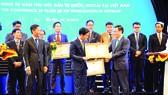 Tổng Giám đốc Mercedes-Benz Việt Nam đại diện nhận bằng khen của Chính phủ về thành tích đầu tư nước ngoài tại Việt Nam