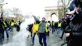 Pháp: Hủy tăng thuế vẫn chưa yên