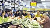 Người tiêu dùng chọn mua hàng hóa tại một siêu thị trên địa bàn TPHCM