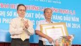 GS-TS Nguyễn Ngọc Giao (trái) trong một hoạt động  của Liên hiệp Các hội Khoa học và kỹ thuật TPHCM