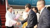Cán bộ Đại sứ quán Việt Nam tại Campuchia đón Chủ tịch Quốc hội Nguyễn Thị Kim Ngân tại sân bay quốc tế Siem Reap (Campuchia). Ảnh: Trọng Đức/TTXVN