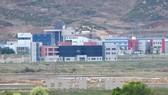 Khu công nghiệp chung Kaesong nhìn từ Paju, Hàn Quốc. Ảnh: AFP/TTXVN