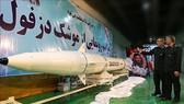 Tên lửa đạn đạo đời mới mang tên Dezful trưng bày tại một địa điểm bí mật ở Iran. Ảnh: AFP/TTXVN