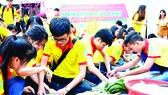 Các bạn trẻ tình nguyện chung tay gói bánh chưng xanh tặng các gia đình khó khăn