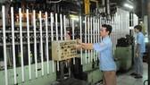 Sản xuất bóng đèn tại Công ty Cổ phần bóng đèn Điện Quang               Ảnh: CAO THĂNG