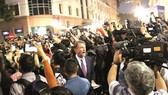 Phóng viên hãng truyền hình NBC News (Mỹ) tường thuật trực tiếp trên phố Ngô Quyền.  Ảnh: TTXVN