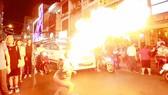 Biểu diễn xiếc lửa tại phố Bùi Viện (quận 1, TPHCM)