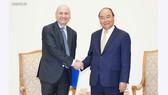 Thủ tướng Nguyễn Xuân Phúc và Đại sứ Italy Antonino Alessandro. Ảnh: VGP/Quang Hiếu