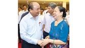 Thủ tướng Nguyễn Xuân Phúc với cử tri  huyện Kiến Thụy, thành phố Hải Phòng. Ảnh: TTXVN
