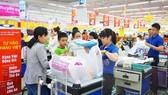 Nhiều hàng Việt áp dụng chương trình giảm giá để hỗ trợ sức mua tại hệ thống siêu thị Co.opmart