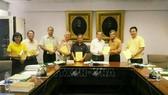 Giáo sư Chuan Petkaew, đồng tác giả cuốn sách, tặng sách cho Viện Hàn lâm Hoàng gia Thái Lan. Ảnh: Ngọc Quang/PV TTXVN tại Thái Lan