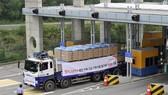 Xe chở hàng viện trợ của Hàn Quốc tới Triều Tiên tại khu vực cửa khẩu ở Paju, phía bắc thủ đô Seoul của Hàn Quốc. Ảnh: AFP/TTXVN