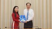 Phó Chủ tịch Thường trực UBND TPHCM Lê Thanh Liêm trao quyết định bổ nhiệm PGS-TS Võ Thị Ngọc Thúy