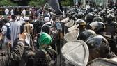 Cảnh sát nỗ lực ngăn dòng người biểu tình phản đối kết quả bầu cử Tổng thống tại Jakarta, Indonesia. Ảnh: THX/ TTXVN