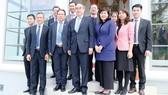 Bí thư Thành ủy TPHCM Nguyễn Thiện Nhân cùng Đại sứ Việt Nam tại Đức Nguyễn Minh Vũ chụp hình lưu niệm cùng cán bộ, nhân viên Tổng Lãnh sự quán Việt Nam tại Frankfurt