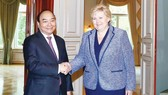 Thủ tướng Na Uy Erna Solberg đón Thủ tướng Nguyễn Xuân Phúc. Ảnh: TTXVN