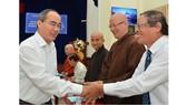 Bí thư Thành ủy TPHCM Nguyễn Thiện Nhân trao đổi cùng các đại biểu  tại buổi tọa đàm. Ảnh: Việt Dũng