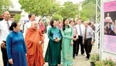 Lãnh đạo TPHCM cùng các đại biểu tham quan triển lãm