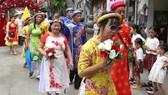 lần đầu tiên 100 cô dâu được khoác lên mình bộ váy cưới. Ảnh: TTNĐ Quê Hương