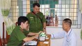 Công an TPHCM thực hiện các thủ tục cấp thẻ căn cước công dân cho 60 thương binh, người già yếu, người dân tộc