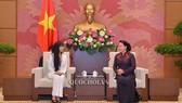 Chủ tịch Quốc hội Nguyễn Thị Kim Ngân và Chủ tịch Nhóm nghị sĩ hữu nghị Pháp-Việt Nam của Quốc hội Pháp Stéphanie Đỗ