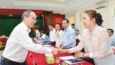 Bí thư Thành uỷ TPHCM Nguyễn Thiện Nhân trao đổi cùng các đồng chí lãnh đạo quận 7. Ảnh: VIỆT DŨNG