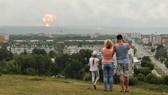 Một gia đình đứng nhìn vụ nổ ở Severodvinsk từ xa. Ảnh: AP