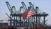 Container hàng hóa được xếp dỡ tại cảng Long Beach, Los Angeles, Mỹ. Ảnh: AFP/TTXVN